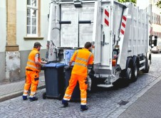 Od 1 listopada obowiązują nowe stawki za gospodarowanie odpadami komunalnymi. Władze Wronek podniosły kwotę za ich wywóz. Gmina tłumaczy się ustawą, a mieszkańcy się bulwersują. Zmiany w stawkach za wywóz odpadów komunalnych wywołały dyskusję. Mieszkańcy zwracają uwagę na bardzo duży wzrost stawek. Zniknęła zasada, stanowiąca jednakową kwotę dla pierwszych czterech osób zamieszkujących dany lokal oraz […]
