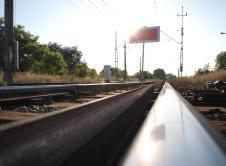 Na odcinku linii kolejowej między Wronkami a Mokrzem doszło do uszkodzenia sieci trakcyjnej. Służby pracują nad usunięciem awarii. W środę około godziny 13., na odcinku linii kolejowej E59 między Wronkami a Mokrzem doszło do uszkodzenia sieci trakcyjnej. O zajściu poinformowano służby kolejowe, a także Straż Ochrony Kolei i Policję. Jeden z naszych Czytelników zaobserwował jadących […]