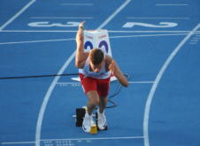 Tymoteusz Zimny zakwalifikował się do dzisiejszego finału biegu na 400 metrów 24. Młodzieżowych Mistrzostw Europy, rozgrywanych we włoskim Grosetto. Dzięki uzyskaniu najlepszego czasu w pierwszej rundzie, Tymoteusz Zimny w półfinale biegu na 400 metrów startował z łatwiejszą stawką rywali. Wronczanin wyraźnie się oszczędzał, linię mety przekroczył jako drugi z czasem 47.10 (siódmym w półfinale). W […]