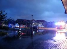 To już kolejny wieczór, w którym strażacy z naszej gminy musieli radzić sobie z zalanymi ulicami i podtopieniami. Pierwsze wyjazdy alarmowe rozpoczęły się po godzinie 20.30. Strażacy otrzymali informacje o zalanych posesjach i piwnicach na Placu Wolności, Towarowej i Cienistej. Wkrótce lawinowo zaczęły spływać kolejne zgłoszenia, wodę trzeba było wypompowywać z piwnic na osiedlu Staszica […]