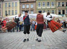 """Światowy Przegląd Folkloru """"Integracje"""" odbywa się regularnie, w sierpniu, już od 2001 roku. Ambicją organizatorów jest zaprezentowanie folkloru z rozmaitych stron świata oraz pokazanie poprzez wspólną zabawę, że kultura ludowa jest atrakcyjna i dobrze się sprawdza w różnych odsłonach i otoczeniach – nie tylko tradycyjnych. Tradycyjnie, tydzień festiwalowy opierać się będzie na przemarszach i koncertach. […]"""