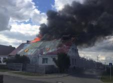 Piętnaście zastępów straży pożarnej walczyło z pożarem budynku mieszkalnego w miejscowości Sękowo w gminie Duszniki. Do akcji zaangażowano również wroniecką jednostkę Ochotniczej Straży Pożarnej. Pożar wybuchł około godziny 16:30 i błyskawicznie rozprzestrzenił się na cały budynek. Miejscowa jednostka straży pożarnej, która mieści się w sąsiedztwie spalonego mieszkania nie była w stanie zapanować nad żywiołem. Cztery […]