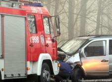 W środę rano na skrzyżowaniu niedaleko Ćmachowa doszło do zderzenia trzech pojazdów. Jedna osoba została przewieziona do szpitala, trzy osoby uczestniczące w kolizji nie odniosły obrażeń. Do zdarzenia doszło na skrzyżowaniu w Ćmachowie w ciągu drogi wojewódzkiej 182. W kolizji brały udział trzy samochody, w których podróżowały cztery osoby. Siła zderzenia była tak duża, że […]