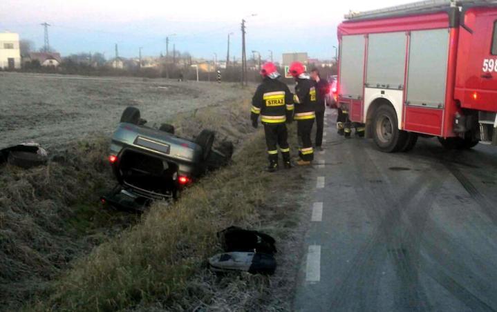 Około godziny 7. rano doszło do groźnie wyglądającego wypadku. Niedaleko skrzyżowania ulicy Towarowej z Górną auto wypadło z drogi i dachowało. Do zdarzenia zadysponowano wronieckich strażaków z OSP Amica i OSP Wronki, a także wsparcie z JRG Szamotuły. Na miejsce przybył również Zespół Ratownictwa Medycznego i policja. Strażacy zabezpieczyli miejsce zdarzenia i postawili samochód na […]