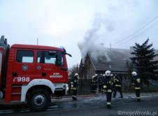 Dziś przed godziną 16.00 doszło do pożaru domu mieszkalnego w miejscowości Stare Miasto. W środku znajdował się starszy mężczyzna, którego trzeba było ewakuować. Pierwsi na miejsce dotarli strażacy z OSP Wronki, którzy natychmiast przystąpili do działań. W środku znajdowały się dwie osoby: kobieta i mężczyzna. Mieszkanka Starego Miasta opuściła mieszkanie na polecenie strażaków. Lokatorka po […]