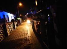 Cztery zastępy straży pożarnej interweniowały przy pożarze, jaki wybuchł na plebanii przy kościele w Chojnie. W poniedziałek wieczorem doszło do pożaru w pomieszczeniu plebanii w miejscowości Chojno. Ogień pojawił się na belce stropowej przy kominku. Pożar szybko się rozprzestrzenił i doszło do nadpalenia ściany. Szybka interwencja strażaków z Chojna zapobiegła dalszemu rozwojowi pożaru. W budynku […]