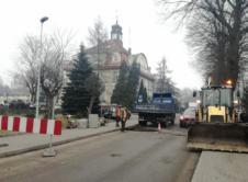 """Informujemy, że 14 lutego na skrzyżowaniu ulic Ratuszowej i Niepodległości rozpoczęła się budowa nowej i przebudowa istniejącej kanalizacji deszczowej. Jest to kolejny etap prac związanych z odwodnieniem centrum miasta. Na czas wykonywania robót została wprowadzona czasowa zmiana organizacji ruchu, która obowiązuje do 30 czerwca. Prace, które na zlecenie Przedsiębiorstwa Komunalnego we Wronkach wykonuje firma """"MPGK"""" […]"""
