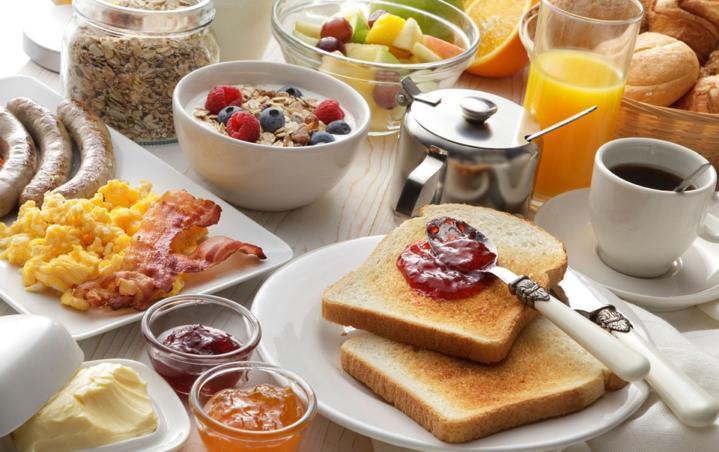 """Dla tych, którzy wiedzą, że śniadanie to najważniejszy posiłek dnia, mamy wspaniałą wiadomość! Już 29 kwietnia będzie nie tylko można zjeść pyszne śniadanie, ale także lepiej poznać i docenić lokalne produkty. Wszystko za sprawą Jarmarku śniadaniowego w Hotelu Olympic. """"Cudze chwalicie, swego nie znacie"""", tak jednym zdaniem można określić świadomość mieszkańców na temat lokalnych produktów. […]"""
