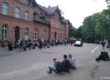 Dziesiątki pasażerów, oczekujących na autobusy. Wśród nich rodziny, studenci czy konduktorzy. Jednak transport drogowy, który ma ich zawieźć w dalszą podróż, zjawia się rzadko. Takie obrazki towarzyszyły dziś mieszkańcom oraz podróżującym pociągami. Pociągi regionalne faktycznie dojeżdżają do Wronek, aby po kilkudziesięciu minutach wracać w kierunku Poznania. I naprawdę zjawiają się autobusy, które mają zawozić pasażerów […]
