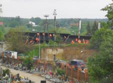 Trwa trudna akcja podjęcia z torów wagonów, które zostały zniszczone bądź uszkodzone w wyniku wczorajszego wypadku. Całkowicie został wywrócony rozkład jazdy pociągów na linii kolejowej Poznań – Szczecin. Prace rozpoczęły się wczoraj wieczorem i trwały całą noc. We Wronkach operuje obecnie sześć pociągów technicznych. Dwa ciężkie, dwa lżejsze i dwa trakcyjne, które usuną trakcję na […]