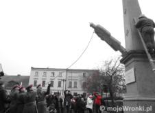 W setną rocznicą odzyskania przez Polskę niepodległości, wronczanie uczestniczyli w rekonstrukcji wydarzeń z 12 listopada 1918. Tego dnia Polscy mieszkańcy Wronek, w spontanicznym zrywie zniszczyli m.in. cesarską lipę czy pomnik cesarza Wilhelma I, stale przypominające im o niemieckich panach. Tym manifestem pokazali, że Wronki chcą być znowu wolne i biało-czerwone. Kliknij na zdjęcie, aby przejść […]