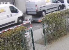 Policjanci poszukują sprawcy kolizji drogowej, do której doszło 22 października w Nowej Wsi. Zdarzenie drogowe miało miejsce 22 października około godziny 9:10. Z policyjnych ustaleń wynika, że nieznany kierujący samochodem typu bus (koloru białego) z lawetą, na której przewożone były dwa samochody, jadąc ul. Szkolną w Nowej Wsi, nie ustąpił pierwszeństwa przejazdu prawidłowo jadącemu tą […]