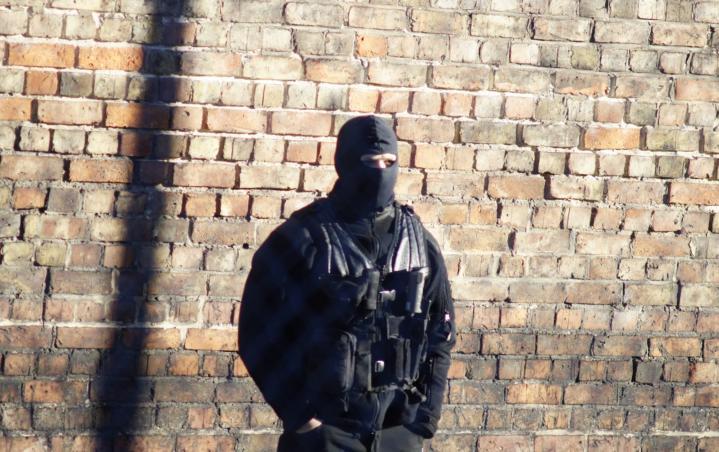 Funkcjonariusze wronieckiego zakładu karnego dołączyli do trwającego protestu w Służbie Więziennej. W piątek 90% zmiany największej jednostki penitencjarnej w kraju poszło na L4. Do czerwonki, psiej grypy i ospy dołączyła kolejna choroba dziesiątkująca funkcjonariuszy służb w Polsce – klawiszowe zapalenie opon. W ten sposób pracownicy Służby Więziennej chcą wywalczyć godziwe wynagrodzenie oraz lepsze traktowanie. Wczoraj […]