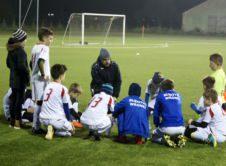 Grupa młodzików MKS Błękitnych Wronki to nie tylko wyjątkowy trener i ekipa uzdolnionych chłopaków, ale także wspaniale zorganizowany rodzicielski klub kibica. Atmosferę meczów, rozgrywanych przez młodzików Błękitnych chwalą wszyscy, którzy kochają piłkę nożną. To esencja tego, co w sporcie najpiękniejsze – ambitnej gry, przemyślanej taktyki, walki fair play i widocznego autorytetu trenera. Grupę młodzików doceniają […]