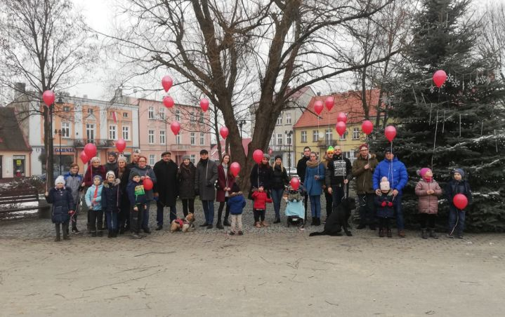 Kilkudziesięciu wronczan spotkało się dziś na wronieckim Rynku, aby zamanifestować swoje poparcie dla Jurka Owsiaka. Zgromadzeni, wśród których był m.in. Mirosław Wieczór, wypuścili do nieba nie światełka, a czerwone balony, będące symbolem WOŚP. Materiał z tego wydarzenia ma trafić do Fundacji WOŚP, aby pokazać, że cała Polska stoi #muremzaOwsiakiem.